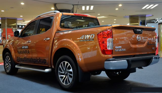 2017 Nissan Navara NP300 rear view